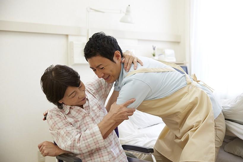介護職員を腰痛から守る!知っておきたい介助のコツ4つ ベッド上介助編