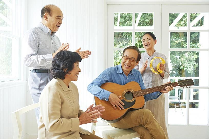 介護施設でもケアに役立てよう!音楽療法で期待できる効果を解説